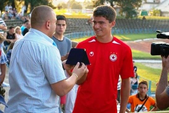 Халф от школата на Левски и ЦСКА на проби в Нефтохимик