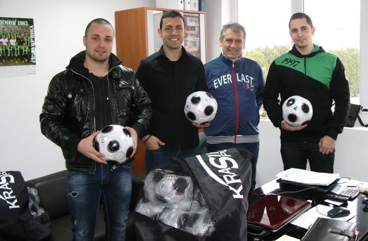 Клубът на привържениците дари топки и пособия на академията на Нефтохимик