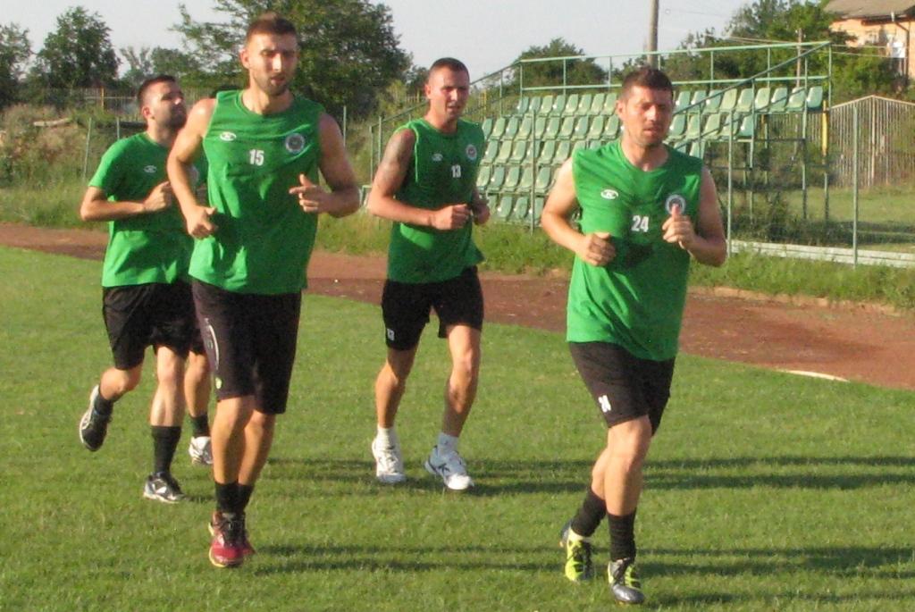 Интензивни тренировки за футболистите на лагера в Казанлък