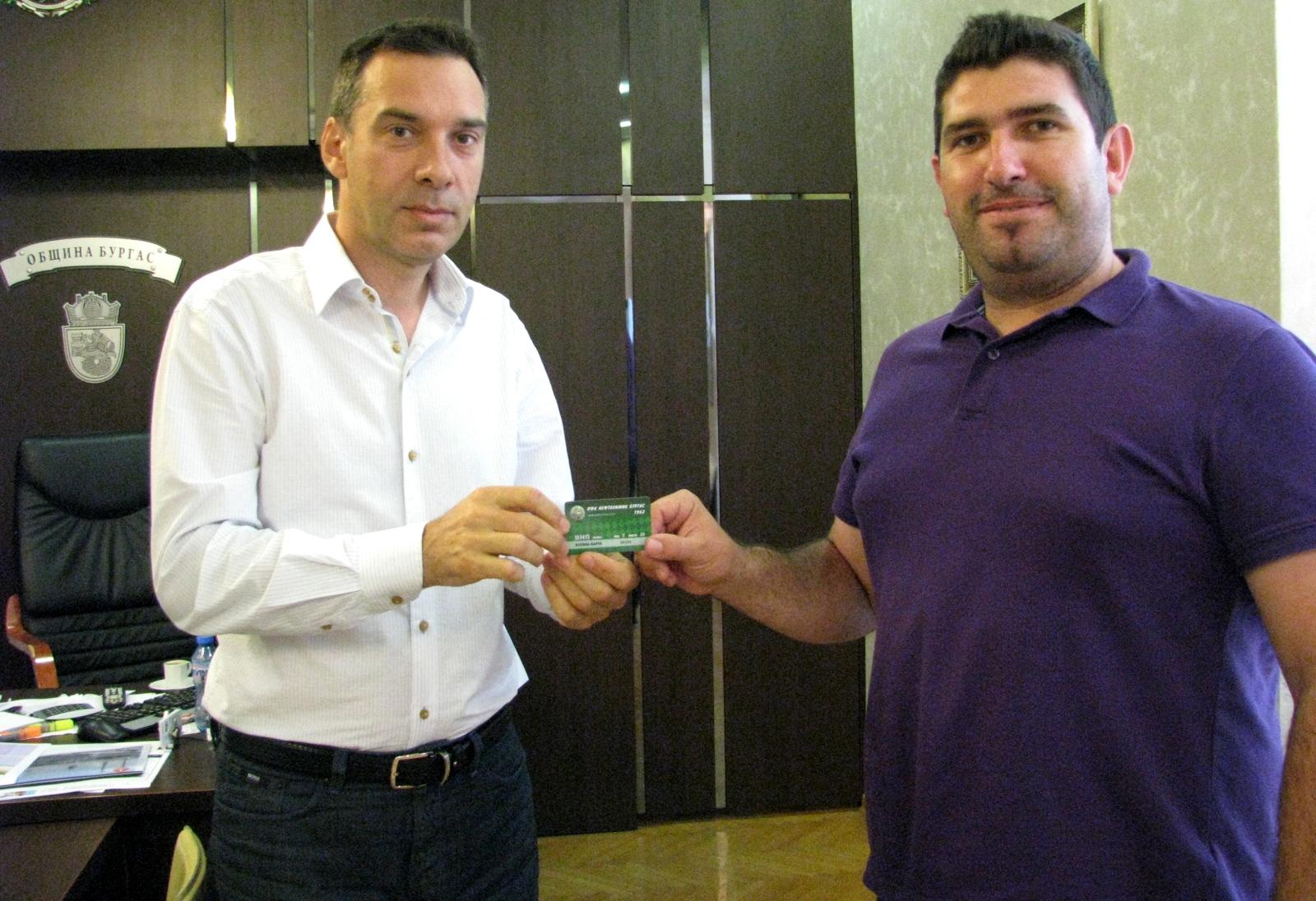 Нефтохимик продава карти за ВИП-ложата, кметът си купи първата